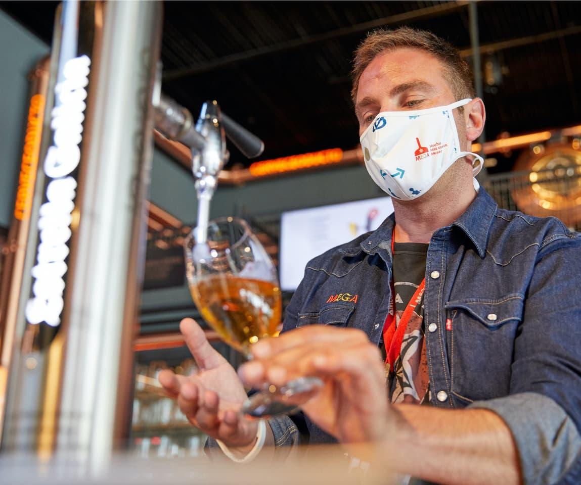 Persona tirando una caña de cerveza Estrella Galicia